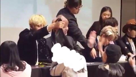 방탄소년단 뷔의 팬 폭행 장면 01.jpeg